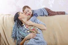 Familia, día del ` s de la madre, hijo, niño, sonrisa, alegre, niñez, fotografía de archivo libre de regalías