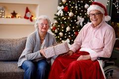 Familia, días de fiesta, la Navidad, edad y concepto de la gente - retrato o Fotos de archivo