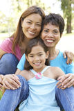 Familia de 3 generaciones que se divierte en parque Imágenes de archivo libres de regalías