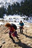 Familia de caminantes en las montañas Imagenes de archivo