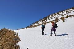 Familia de caminantes en las montañas Imagen de archivo