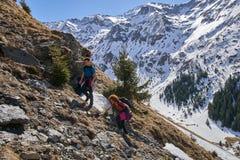 Familia de caminantes en las montañas Fotos de archivo