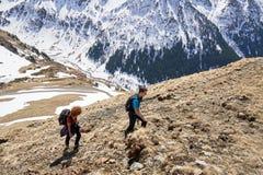Familia de caminantes en las montañas Fotografía de archivo libre de regalías