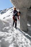 Familia de caminantes en las montañas Foto de archivo