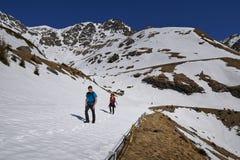 Familia de caminantes en las montañas Fotografía de archivo