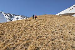 Familia de caminantes en las montañas Fotos de archivo libres de regalías