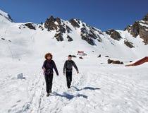 Familia de caminantes en las montañas Imágenes de archivo libres de regalías