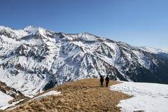 Familia de caminantes en las montañas Imagen de archivo libre de regalías