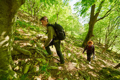 Familia de caminantes que caminan en un rastro de montaña Foto de archivo libre de regalías