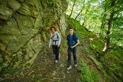 Familia de caminantes que caminan en un rastro de montaña Fotografía de archivo