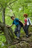 Familia de caminantes que caminan en un rastro de montaña Fotos de archivo libres de regalías
