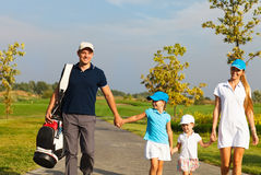 Familia de caminar de los jugadores de golf Fotos de archivo