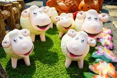 Familia de cerámica de la muñeca de las ovejas adornada en jardín Imagen de archivo