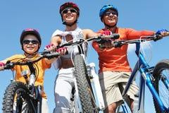 Familia de ciclistas Fotografía de archivo libre de regalías