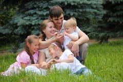 Familia de cinco al aire libre en verano imagen de archivo