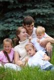 Familia de cinco al aire libre en verano Fotografía de archivo