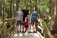 Familia de cinco que caminan Fotos de archivo libres de regalías