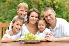 Familia de cinco que come Fotos de archivo libres de regalías