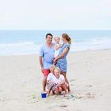 Familia de cinco que se divierten en la playa Imagen de archivo