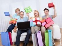 Familia de compradores en línea Fotos de archivo libres de regalías