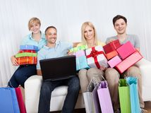 Familia de compradores en línea Imagenes de archivo