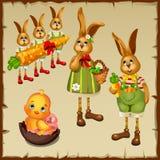 Familia de conejos y de pollo en huevo de chocolate Fotografía de archivo