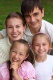 Familia de cuatro miembros al aire libre en verano fotografía de archivo libre de regalías
