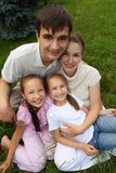 Familia de cuatro miembros al aire libre en verano imagen de archivo libre de regalías