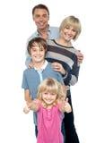 Familia de cuatro miembros amistosa en el estudio fotografía de archivo libre de regalías