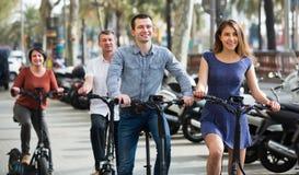 Familia de cuatro miembros con las bicis del electrkc Fotografía de archivo
