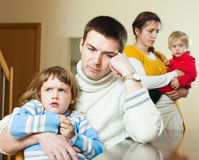 Familia de cuatro miembros después de la pelea en hogar Fotografía de archivo
