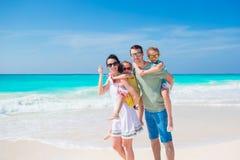 Familia de cuatro miembros el las vacaciones de la playa que se divierten mucho Fotografía de archivo