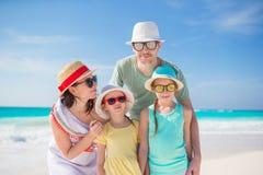 Familia de cuatro miembros el las vacaciones de la playa que se divierten mucho Fotografía de archivo libre de regalías