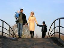Familia de cuatro miembros en el puente Fotos de archivo libres de regalías
