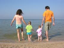 Familia de cuatro miembros en la playa Imagen de archivo libre de regalías