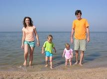 Familia de cuatro miembros en la playa Imágenes de archivo libres de regalías
