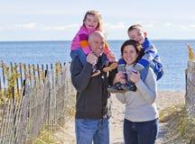 Familia de cuatro miembros en la playa Foto de archivo