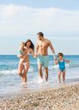 Familia de cuatro miembros en la playa Imagen de archivo