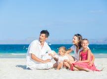 Familia de cuatro miembros en la playa tropical Foto de archivo