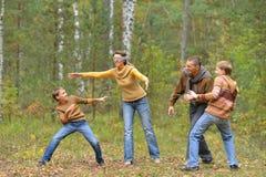 Familia de cuatro miembros en parque Imágenes de archivo libres de regalías