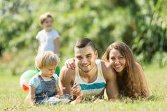 Familia de cuatro miembros en parque soleado Foto de archivo