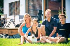 Familia de cuatro miembros en su patio trasero Imagenes de archivo