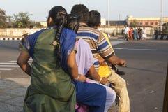Familia de cuatro miembros en un ciclomotor en Chennai la India foto de archivo