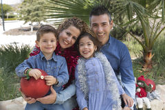 Familia de cuatro miembros en un parque Imagen de archivo