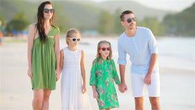 Familia de cuatro miembros en una playa tropical almacen de metraje de vídeo