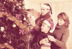 Familia de cuatro miembros feliz con el árbol de navidad Fotografía de archivo