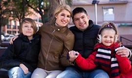 Familia de cuatro miembros feliz que se relaja Imagenes de archivo