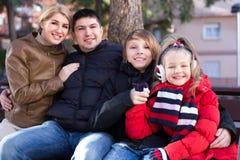 Familia de cuatro miembros feliz que se relaja junto Fotos de archivo libres de regalías