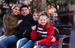 Familia de cuatro miembros ordinaria feliz que se relaja Fotos de archivo