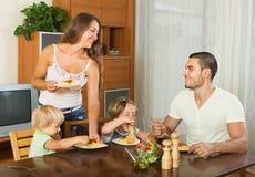 Familia de cuatro miembros que come los espaguetis Fotos de archivo libres de regalías